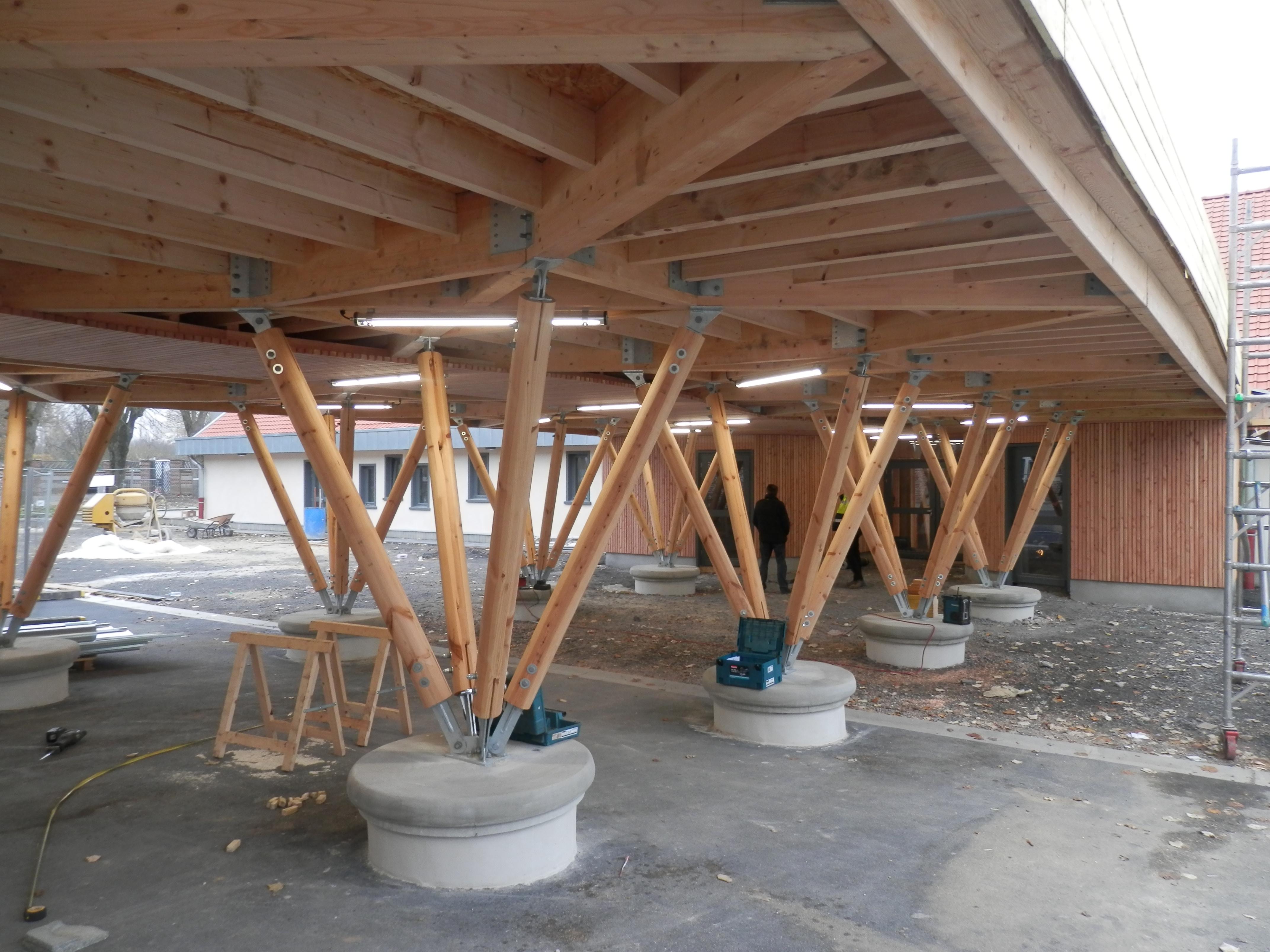 Préau bois traditionnel de l'école Buisson-Lacore à Grenay